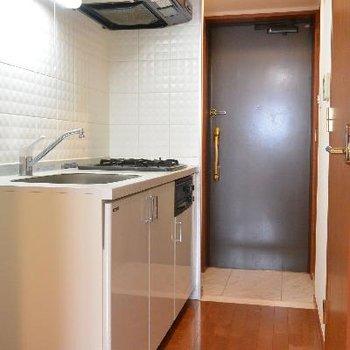 しっかりしたキッチンからの玄関※画像はクリーニング前のものです