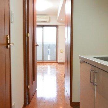 キッチンからのお部屋※画像はクリーニング前のものです
