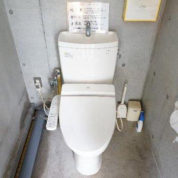 屋上用のトイレもあるんです!ウォシュレットも!!