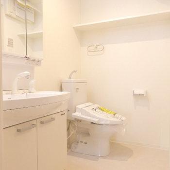洗面台とトイレは隣り合っているホテルライクなスタイル