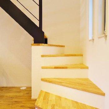 エッジの効いた階段デザインが好き。