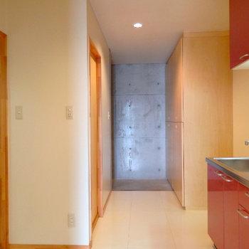 キッチンは廊下に。ゆったりしたスペースがまた良い。