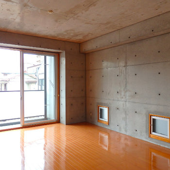 壁の下部の小窓が可愛い。角部屋です