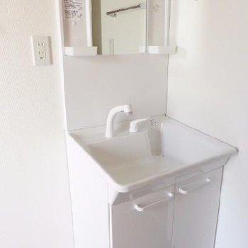 トイレ近くに独立洗面台。