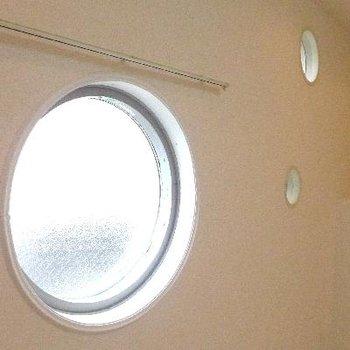 まるい窓。