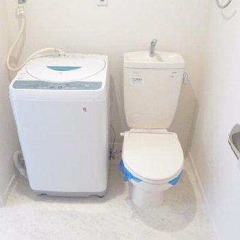 トイレすぐ横に洗濯機。