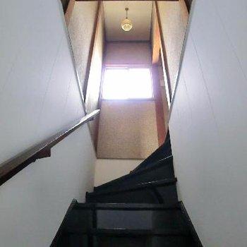 高い天井の階段は、緩やかな坂です◎
