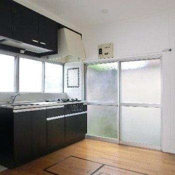 黒のキッチンがモダンです。