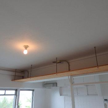 上部吊り棚。パルプボックス等を置いたらオシャレにしまえそう