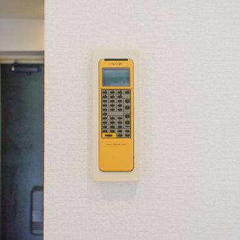 エアコンのリモコンは壁にあり!