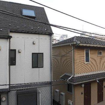 眺望は通りを挟んでお家です