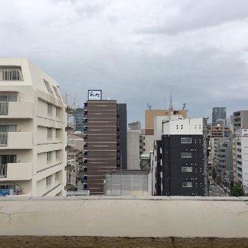 眺望はこんな感じ。同じようなマンションが並んでいます。