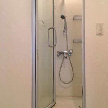 バスルームはシャワーだけ。たまには大浴場に行くのも良いかも。