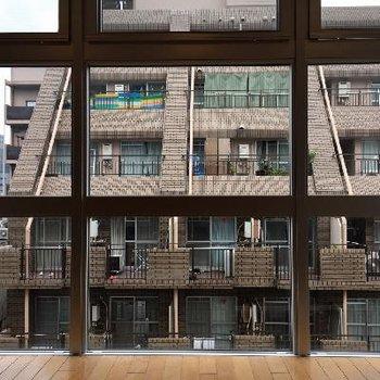 窓の向こうはお向かいさんがどんと構えています。