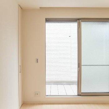 2階バルコニーへの窓