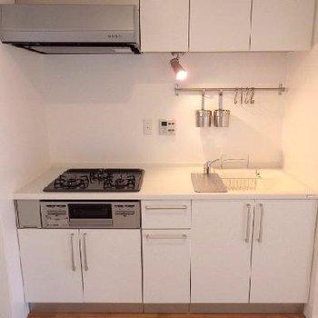 白の人造大理石を使用したシステムキッチン ※写真は前回工事した同じ間取りのお部屋