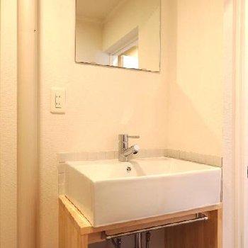 造作の洗面台でオシャレに。 ※写真は前回工事した同じ間取りのお部屋