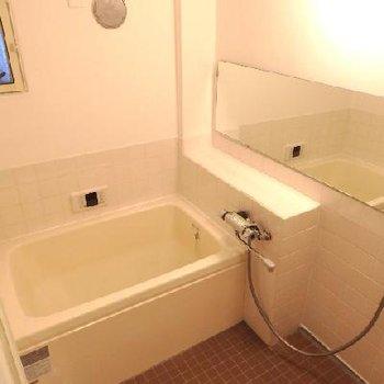 浴室はタイル張り換え、塗装でリニューアル。ちょっとレトロさが残って可愛いですよ♪ ※写真は前回工事した同じ間取りのお部屋