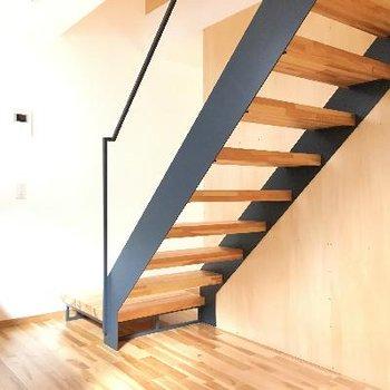 棚の裏には階段が隠れていました!