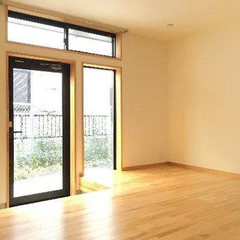 玄関もとてもシンプル。他のお部屋の方は中からカーテンをかけて目隠しをしていました!