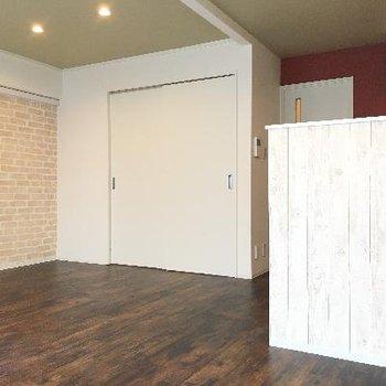 レンガと赤い壁、それにキッチンのデザイン。どれもおしゃれです!