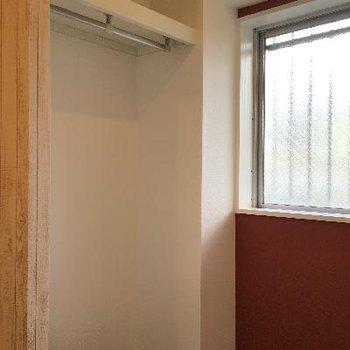変わった壁の奥にはクローゼット。窓もありましたよ!