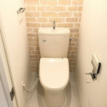 トイレにもレンガ調の壁が!