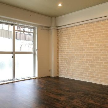 フローリングとレンガ調の壁がよく合います。