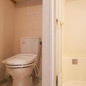 トイレはお風呂の奥に