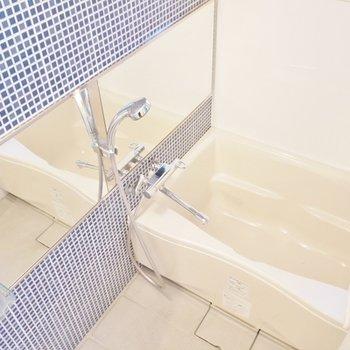 ゆったりとした清潔感のあるバスルーム。