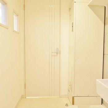 脱衣場。洗濯置き場の上に棚があるのは助かります。