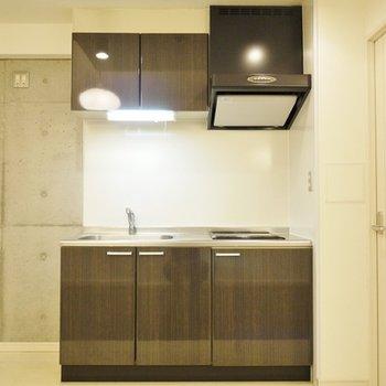 この黒のキッチンがお部屋全体に高級感を。
