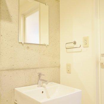 クールに決めた洗面スペース。