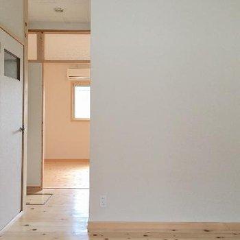 玄関を開けると、キッチン。奥にもう一部屋。
