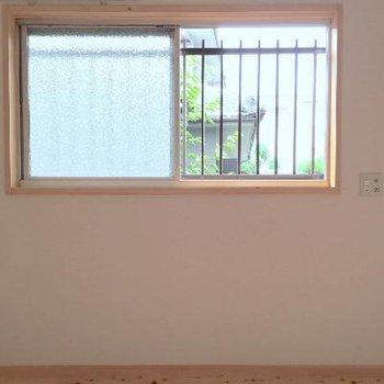 1階奥の部屋は少し小さめですが、採光はまずまず。