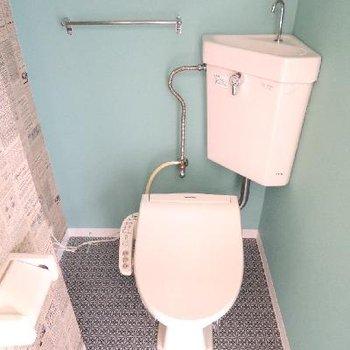 トイレの壁紙もなかなかおしゃれ。