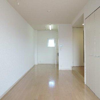 お部屋は清潔感のある白いお部屋。