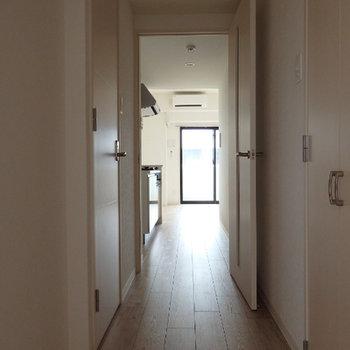 玄関から。スタイリッシュな白。