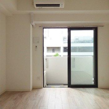 お部屋のサイズはミニマルですが、閉塞感はありません。