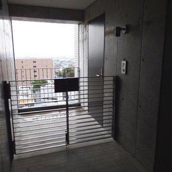 玄関前にポーチの付いている角部屋。