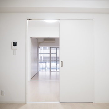 玄関入って、リビングを眺めて。奥に2部屋続きます。