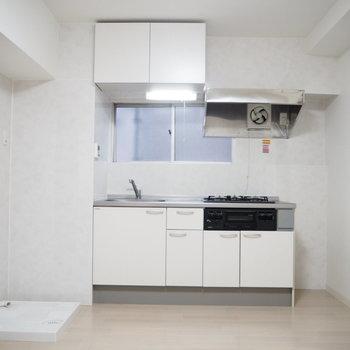 キッチンの横には冷蔵庫を奥スペースも!