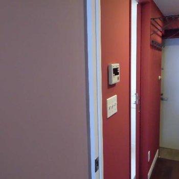 お部屋の壁はパープルとワインレッド