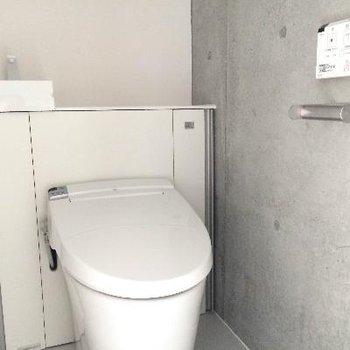 トイレの左側にコンパクト洗面台があります