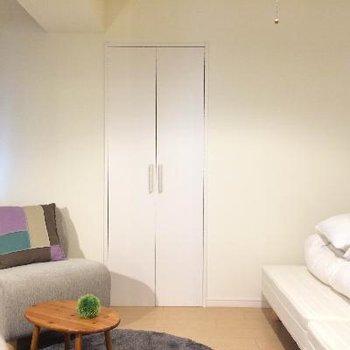 こちらベッドルーム、奥の扉は収納です