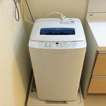 洗面台の隣には洗濯機も完備