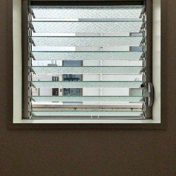 ガラス製のブラインド?この窓がおしゃれなんですよね。