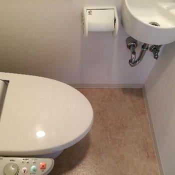 トイレにも洗面台がついています