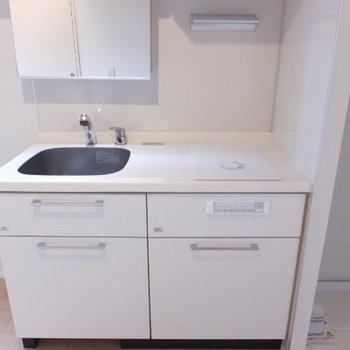 キッチンは2口のIHコンロ。ここが洗面スペースにもなります