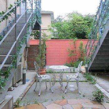 中庭に広がる優雅な空間